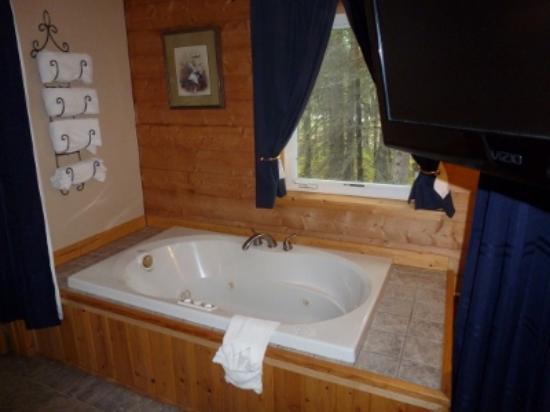 Caribou Cabins: Jacuzzi tub in Denali Cabin