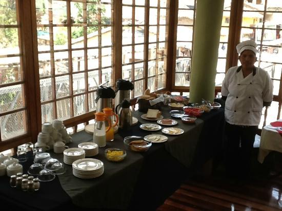 Hotel Sol: El desayuno al servicio de Claudia.