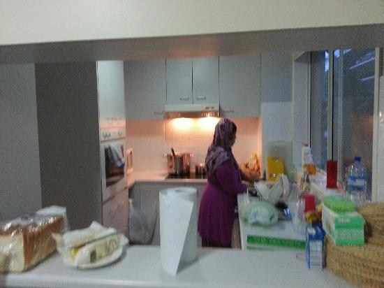 Surfers Beach Holiday Apartments: Mummy busy cooking