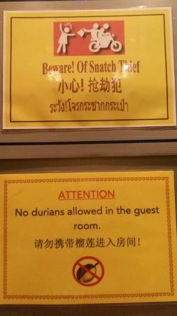 Trinity Silom Hotel: 電梯內標語