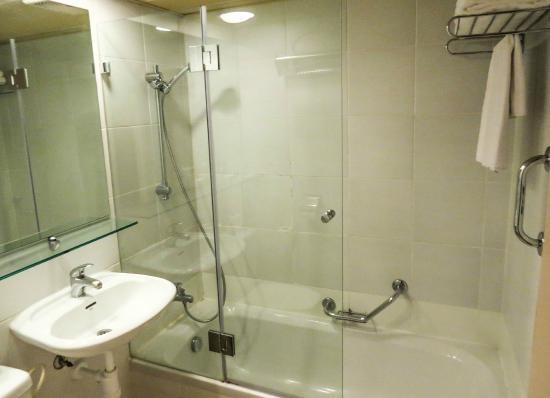 Isrotel Ramon Inn: Bathroom, Room, photo by Mike Keenan