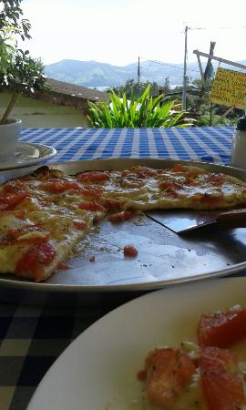 Los Platillos Voladores : Delicious pizza with fantastic view!