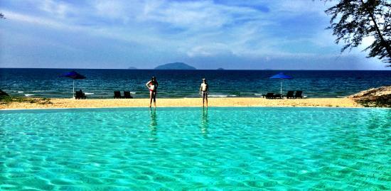 Sutra Beach Resort Terengganu: view of the swimmingpool/beach