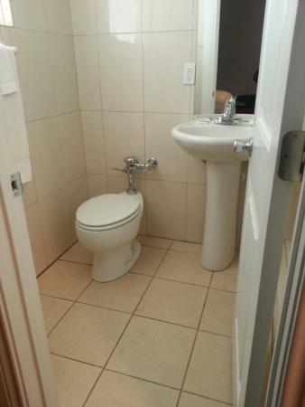 San Juan, TX: Bathroom at Basilica Hotel