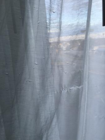 Quality Inn and Suites: Torn curtains and musty smell