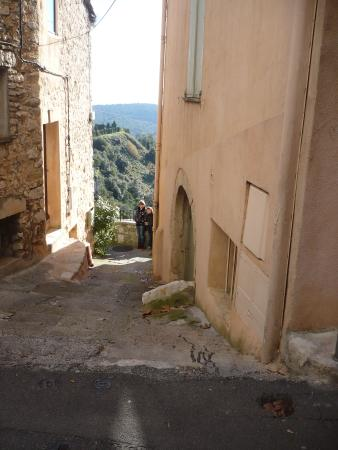 The French Way - Artisans Tour in Tourrettes-sur-Loup : un vicolo del borgo