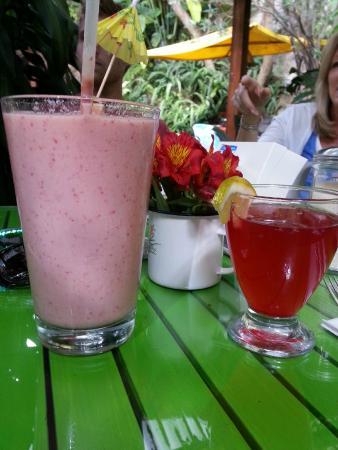 Sabe Rico: Fruit Smoothie and Kombucha