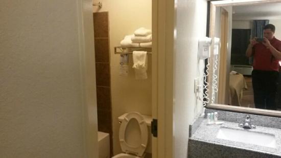 Quality Inn At Eglin AFB: King Suite w/ Sleeper Sofa Remodeled 2014