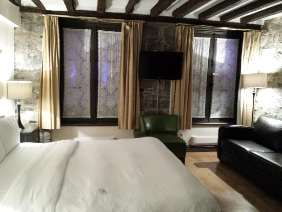 Epik Hotel Montreal: 1st floor room