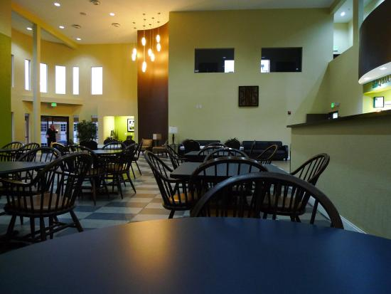 Quality Inn & Suites Knoxville: Tiled Flooring of Breakfast Area Means Noise