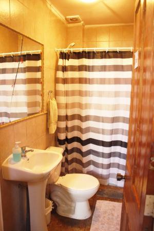 Hostal Acuarela: baño primer piso