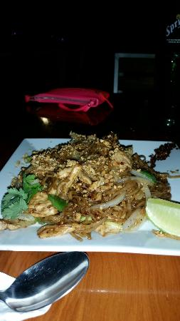 Tong's Thai Island Cuisine: Chicken Pad thai