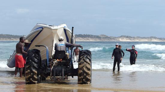 Diversity Scuba Tofo: launching the RIB by tractor, then a lot of pushing in the surf. Fun!