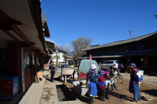 Baisha Holiday Resort Lijiang: Center of Baisha Village with old Naxi women gathered