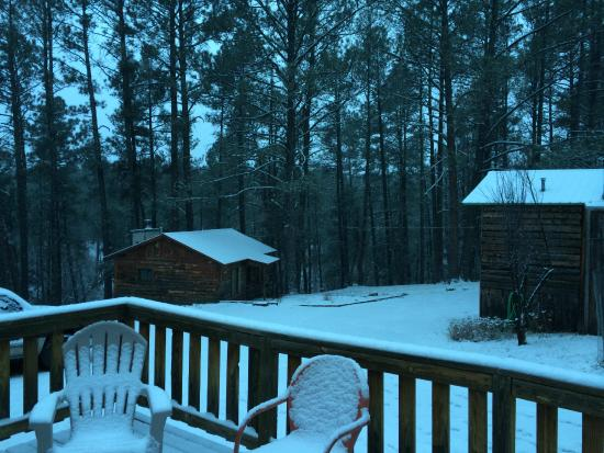 Idle Hour Lodge : Our snowy, beautiful cabin, at Idle Cabins.