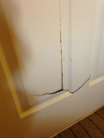 Sleep Inn: Cracked/Broken door to bathroom