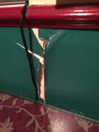 Thai Orchid Restaurant: Walls falling apart