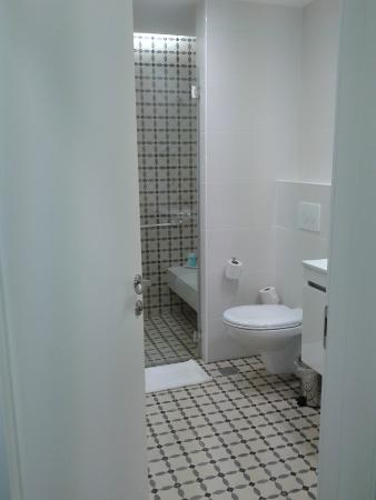 Kfar Giladi Hotel: banheiro espaçoso