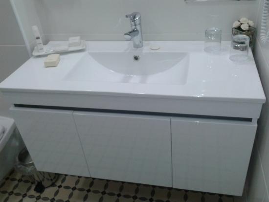 Kfar Giladi Hotel: banheiro espaçoso e moderno