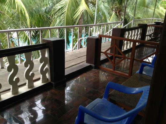 Sea Breeze Hotel: Sitting area outside room