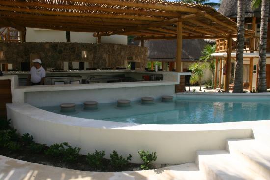 Mahekal Beach Resort: Pool with Bar