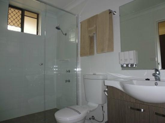 Burke & Wills Motor Inn: Deuxe Bathroom