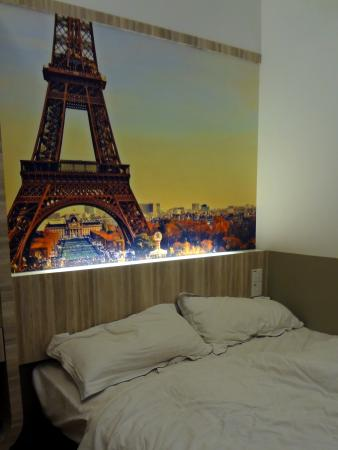 Dreamz Paradise Hotel: Just a bed against a beautiful wall paper