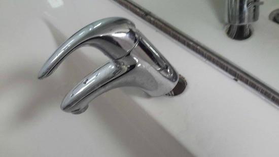 Pigeon Island Beach Resort: broken taps