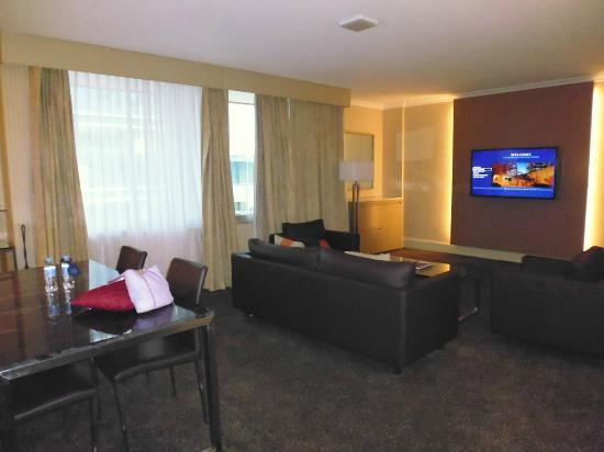 Parmelia Hilton: Living area in the suite