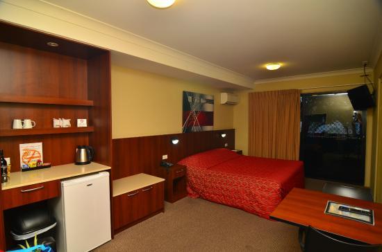 Rocky Resort Motor Inn: Room