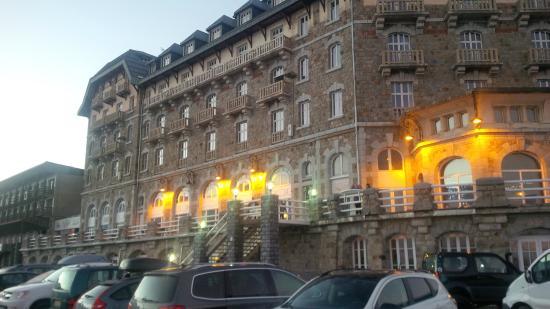 Les Villages Clubs du Soleil Superbagneres : Bâtiment principal et terrasse (depuis le parking)