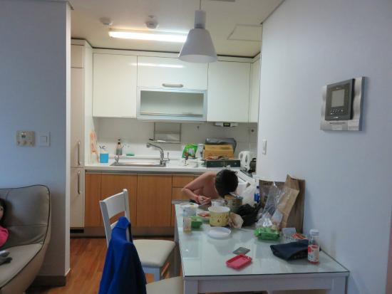 Brown Suites Residence: Kitchen