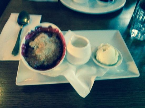 The Farmers Arms Daylesford: rhubarb and raspberry crumble - to die for