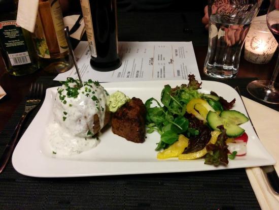 Grieskirchen, Austria: Small Steak (150 g R-Filet) mit Ofenkartoffel und Salatbuquet, 15,90€