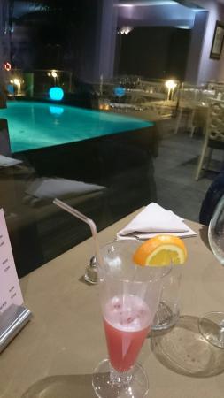 Hôtel du Golf de l'Ailette: Petit cocktail avec une agreable vue sur la piscine
