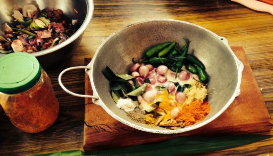 Karuna s Cooking Class @ Sonja's Healthfood Restaurant: Making a Sri Lankan curry!