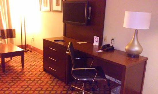 Comfort Suites Airport : Desk with tv