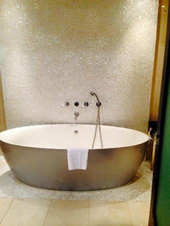 Hilton London Syon Park: Sit in the bath and watch T.V!