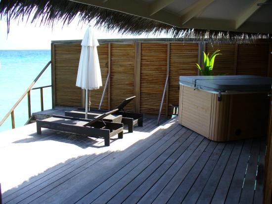 Terraza con tumbonas de la habitaci n water villa con - Terraza con jacuzzi ...