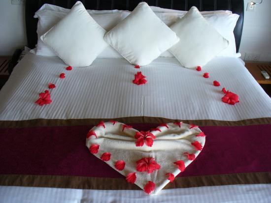 Baño De Tina Con Miel:Kuramathi Island Resort: Cama con decoración de luna de miel