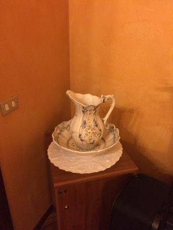 Er is naast een waskom gelukkig ook een douche :-)