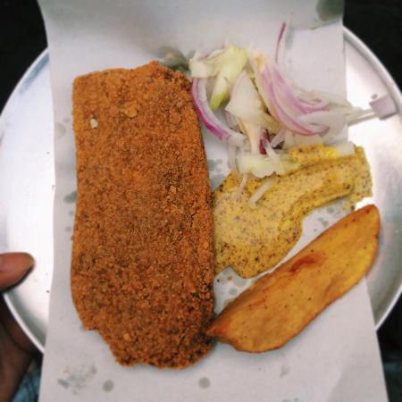 Kolkata Food Walk: Delicious fish fry from Apanjan