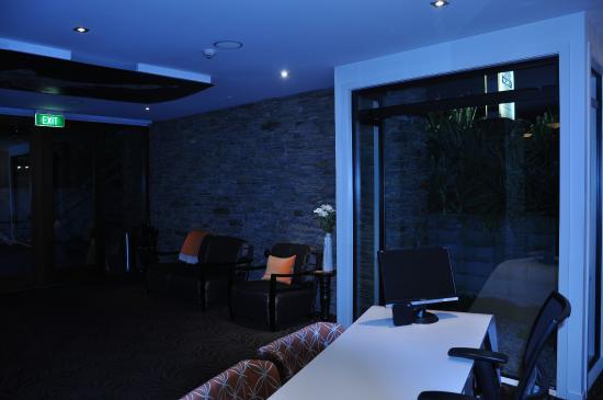 Queenstown Park Boutique Hotel: Reception area post 8 PM