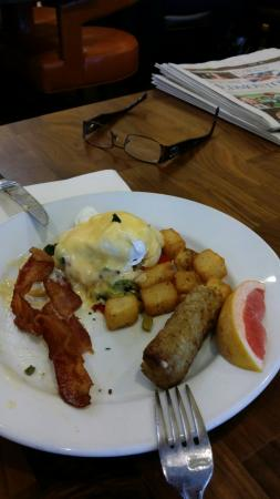 Hilton Garden Inn West Edmonton : Hot featured breakfast item..veg eggs Benedict. .asparagus. .pepper..etc DELICIOUS