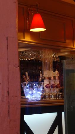 Relais d' Alsace - Taverne Karlsbrau de Troyes : Inside, bar area