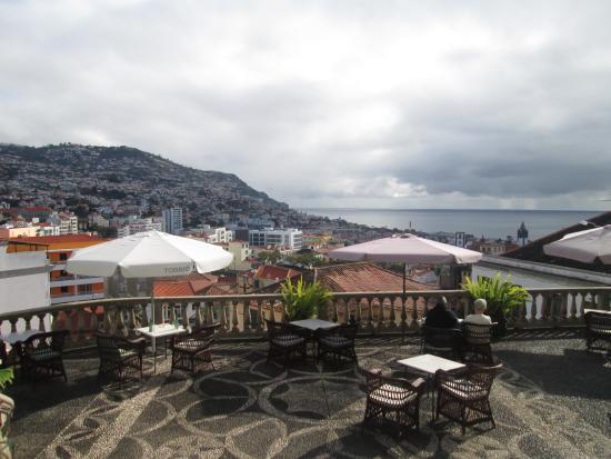 Hotel Monte Carlo: Hotel's terrace overlooking Funchal.