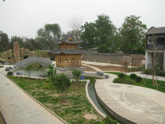 Guanlin Temple (General Guan's Tomb) : Сад на территории храма