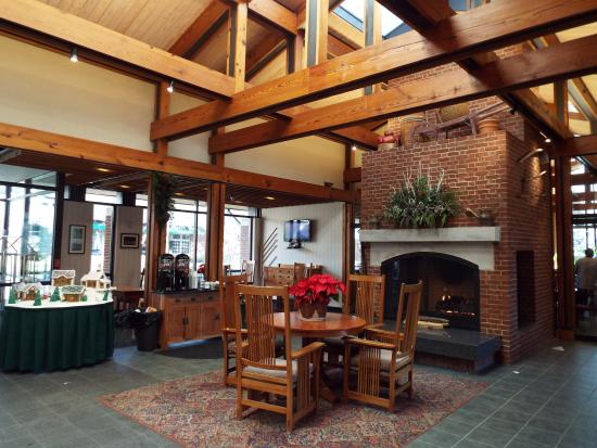 Woodlands Hotel & Suites - Colonial Williamsburg: The lobby area.