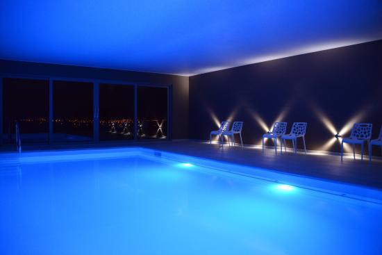 baignoire baln o espace massages et sauna finlandais photo de centre de bien tre octavie. Black Bedroom Furniture Sets. Home Design Ideas