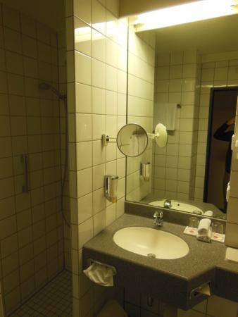 H+ Hotel Köln Brühl: Ванная комната